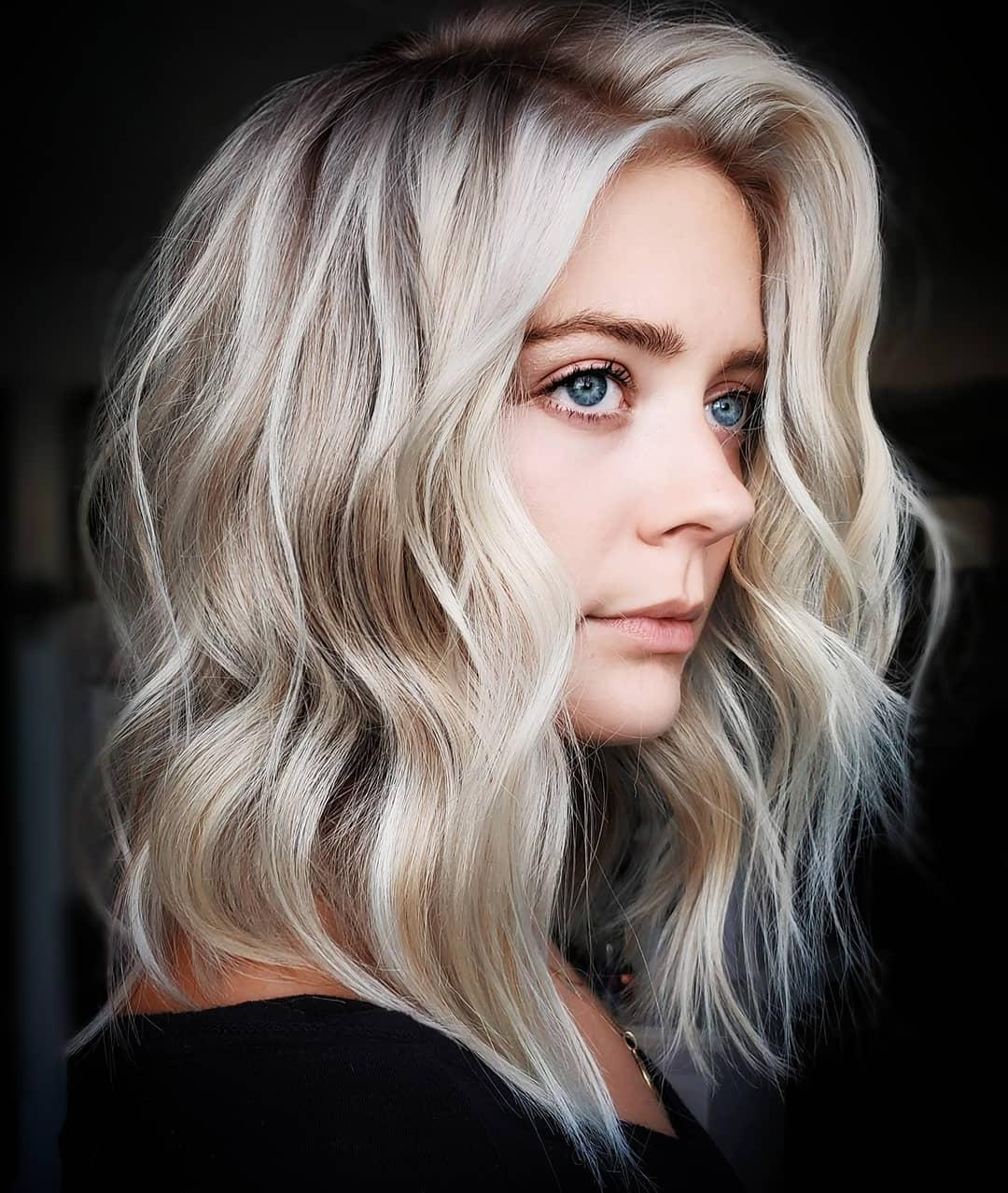 Taglio di capelli medio-lungo ondulato arruffato