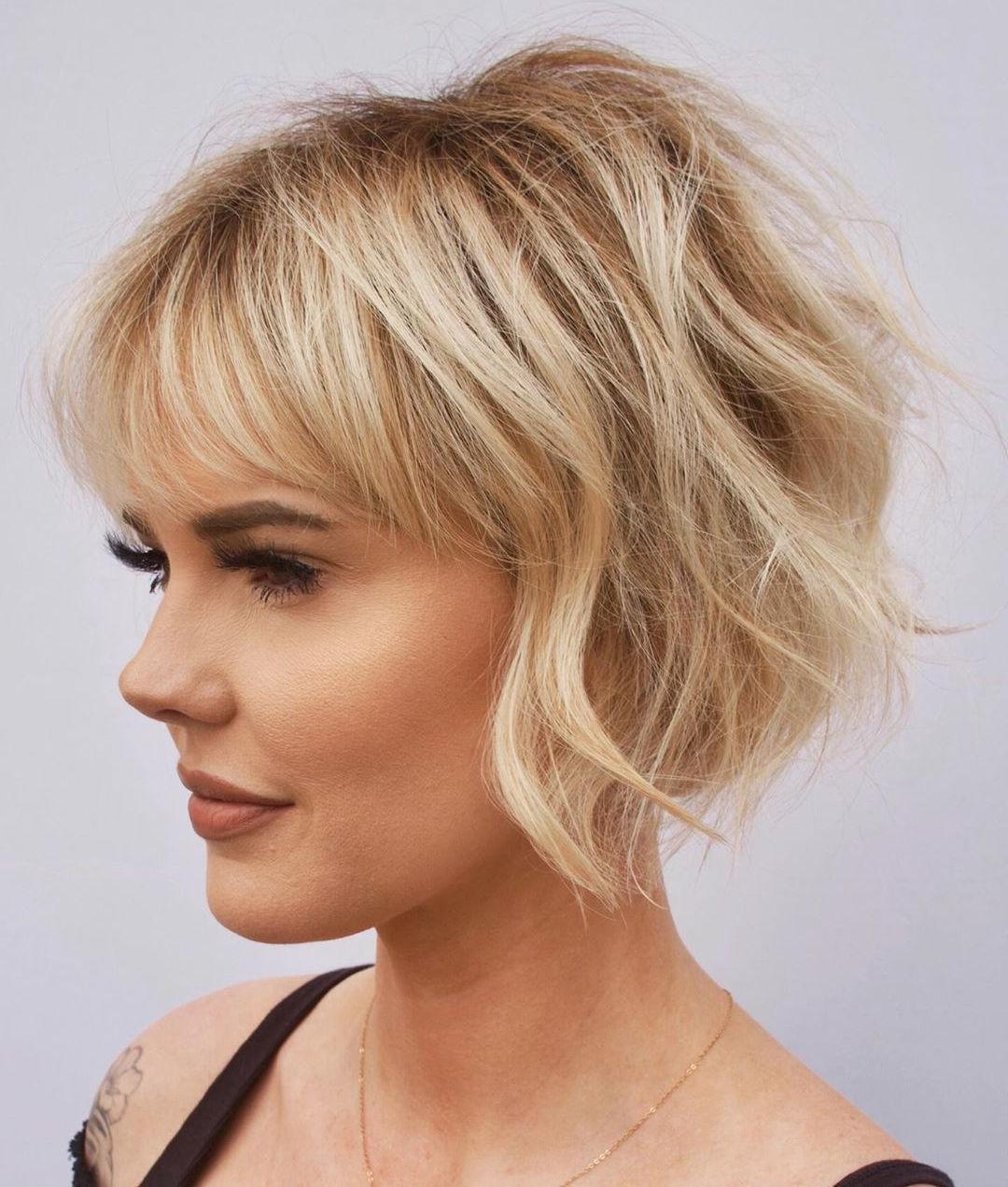 Taglio di capelli corto da donna con frangia