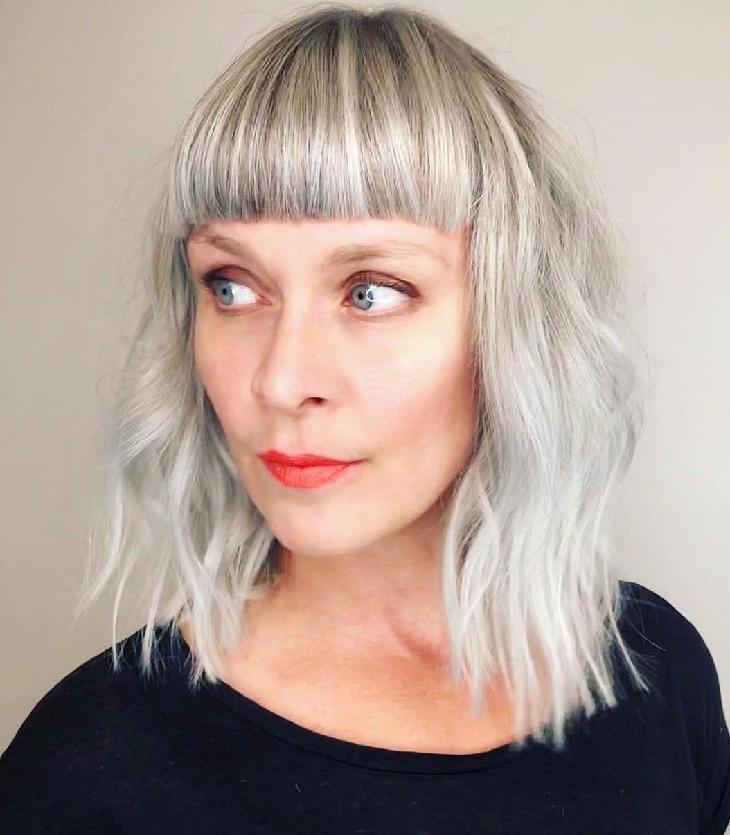 Taglio di capelli medio con frangia dritta
