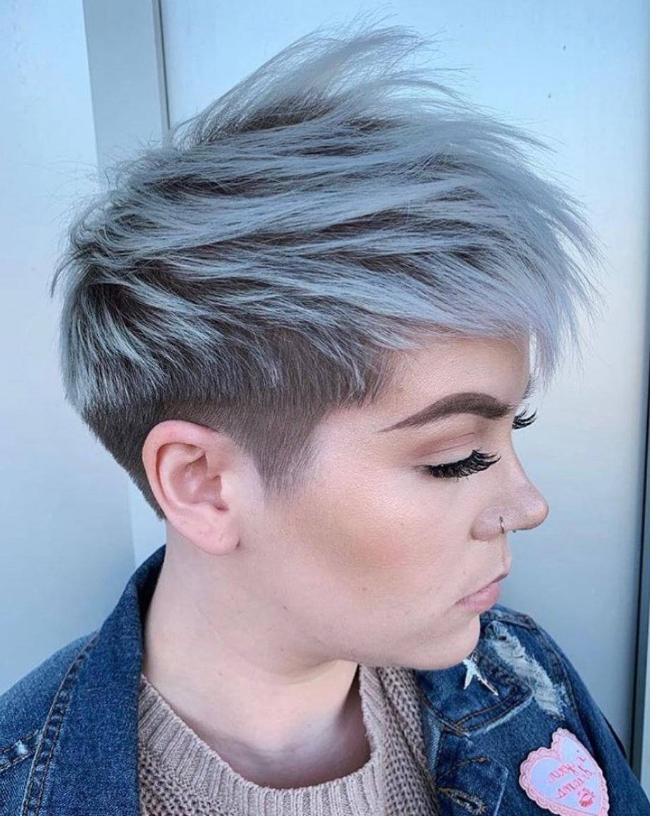 Taglio di capelli sottosquadro con riflessi