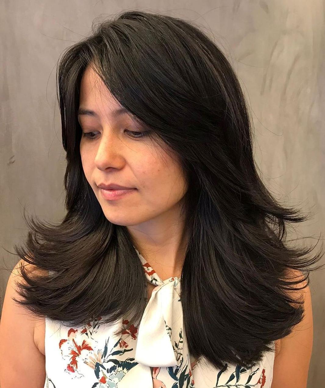Taglio di capelli da donna lungo con estremità piumate