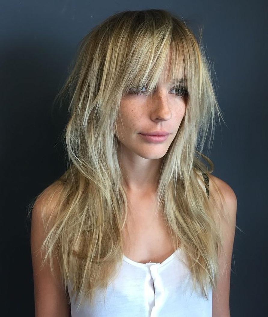Taglio di capelli lunghi con frangia rasata
