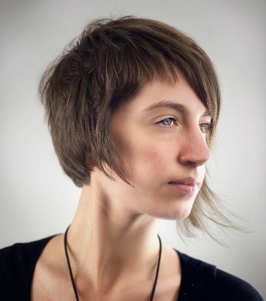 Taglio di capelli asimmetrico più corto per capelli fini