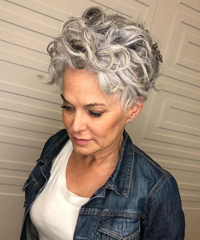 Taglio di capelli grigio corto riccio 2021