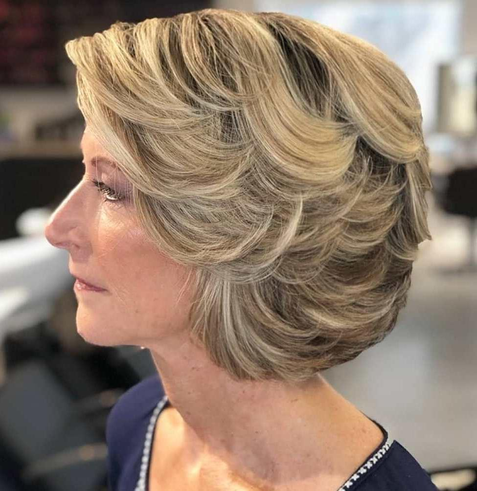 Taglio di capelli corto del 2021 con strati swoopy