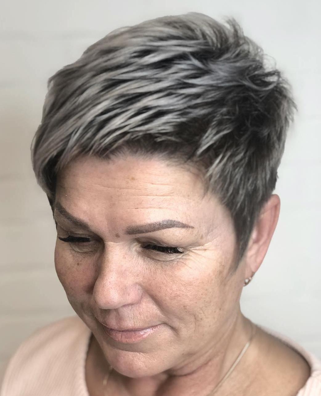 Taglio di capelli evidenziato per capelli corti