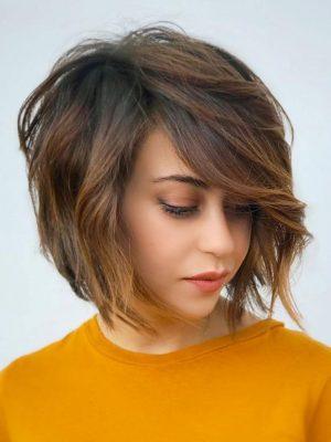 Taglio di capelli ad angolo corto per le donne