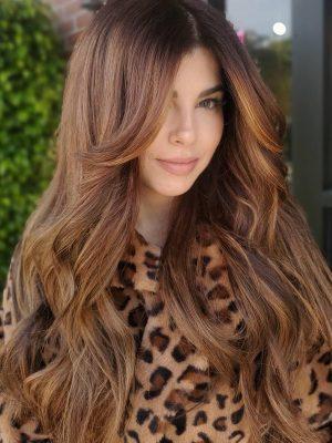 Scoppi e strati di tende sui capelli lunghi