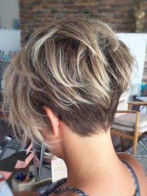 Pixie di capelli fini sottosquadro con balayage biondo